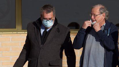 Carlos García Juliá, a la derecha, sale de la cárcel de Soto del Real (Madrid) el pasado 19 de noviembre, acompañado por su abogado.
