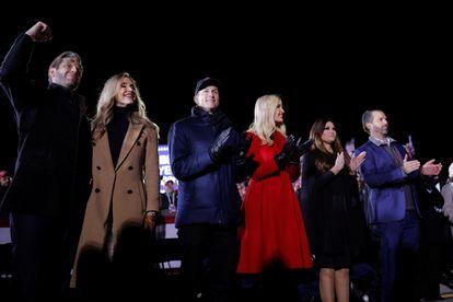 Desde la izquierda, Eric Trump, Lara Trump, Jared Kushner, Ivanka Trump, Kimberly Guilfoyle y Donald Trump Jr. haciendo campaña por su padre, Donald Trump, en Michigan el pasado noviembre.