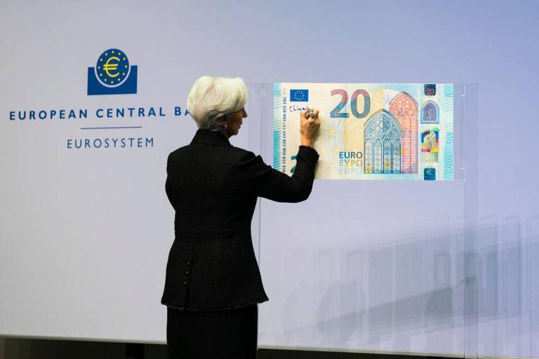 ECB President Christine Lagarde signs a € 20 banknote.