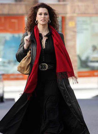 Esperanza. 41 años. Teleoperadora. En su DNI ya figuran nombre y sexo femeninos. En la foto, pasea por Parla (Madrid), donde vive.