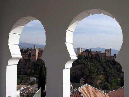 La Alhambra de Granada vista desde el alminar de la Gran Mezquita.