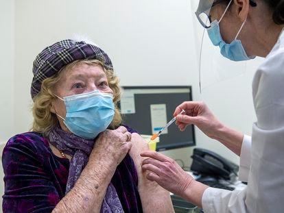 Una mujer recibe la vacuna de Pfizer contra la covid en Halifax, Canadá, el pasado martes.