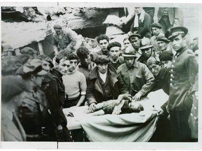 Imagen del 23 de abrl de 1937 después de un bombardeo de aviones de Franco sobre Bilbao