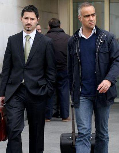 Sebastián García (derecha), junto a su abogado al salir del juzgado.
