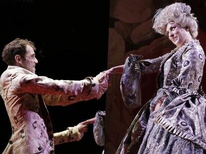 Javier Povedano (Marchese Parpagnacco) y Cristina Toledo (Madama Vezzosa), en el estreno de 'I tre gobbi', de Manuel García.