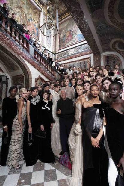 Armani, con sus modelos tras un desfile en París en 2018.