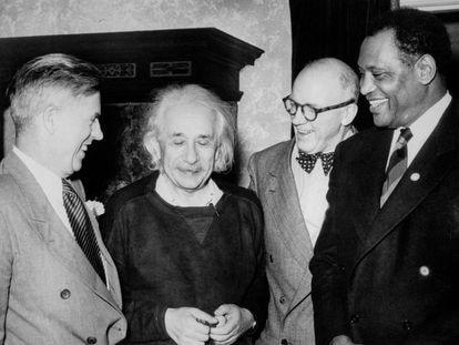 Desde la izquierda, Henry Wallace, vicepresidente en la Administración de Franklin Delano Roosevelt y candidato del Partido Progresista, Albert Einstein, Lewis L. Wallace y Paul Robeson, en 1947.