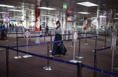 Una pasajera en el aeropuerto francés Charles de Gaulle.