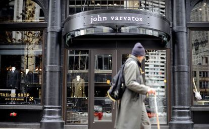 El modista de lujo John Varvatos abrió el viernes una tienda en el centro de Detroit.