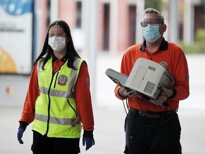 Dos trabajadores del Samur acuden a Ifema.