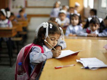 Una niña en una clase de la escuela Dir al Balah, operada por la ONU, en la Franja de Gaza.