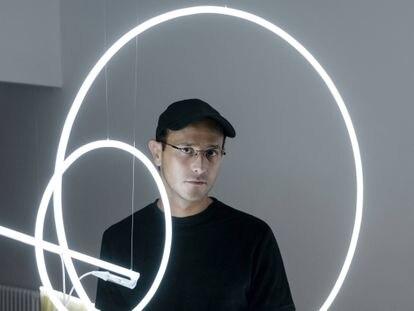 Pedro Torres junto a su obra 'TimeBends-1', que puede verse en Chiquita Room.