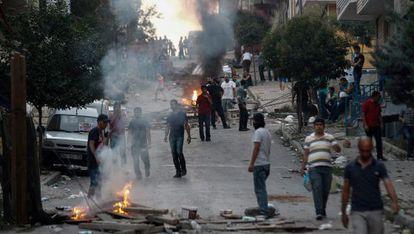 Manifestantes protestan en Estambul tras los primeros ataques.