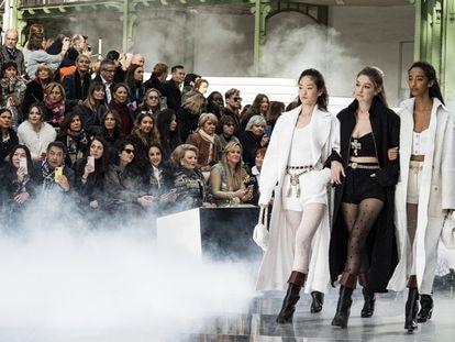 Tres modelos desfilan para Chanel en la semana de la moda de París, este martes.