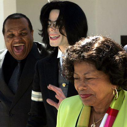 Michael Jackson, acompañado de sus padres, Joe y Katherine, a la salida de un juzgado en 2005.