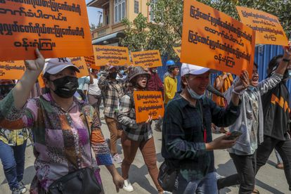 Manifestación de apoyo a los parlamentarios de la Liga Nacional para la Democracia el miércoles en Mandalay (Myanmar).