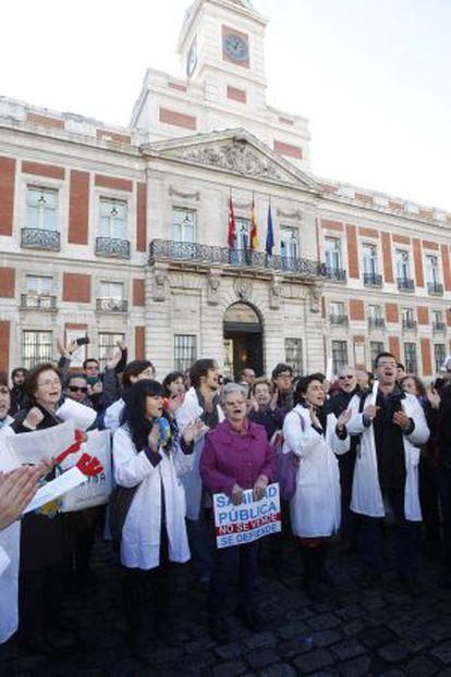 Personal sanitario participa en un concierto de villancicos organizado por la Plataforma contra la privatización de los centros de Atención Primaria, en la Puerta del Sol.