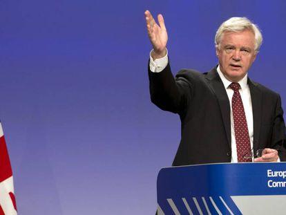 El negociador británico para el Brexit, David Davis, se dirige a la prensa en Bruselas el pasado agosto.