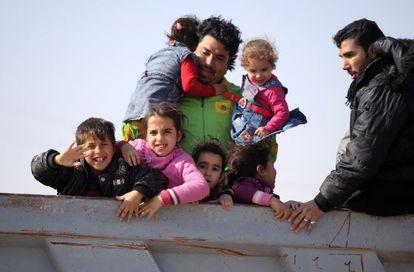 Una familia huida de Faluya llega a Kerbala, en Irak.