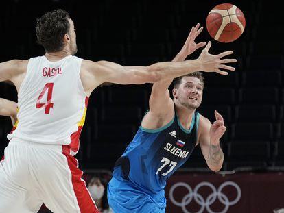 Luka Doncic pugna por un balón con Pau Gasol