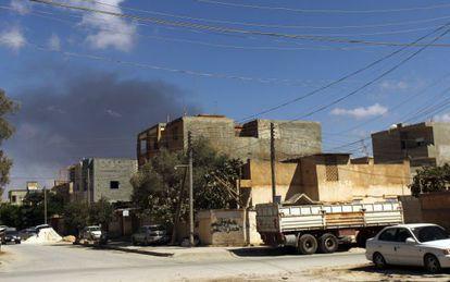 Columna de humo tras un ataque aéreo sobre Bengasi, el 1 de septiembre.