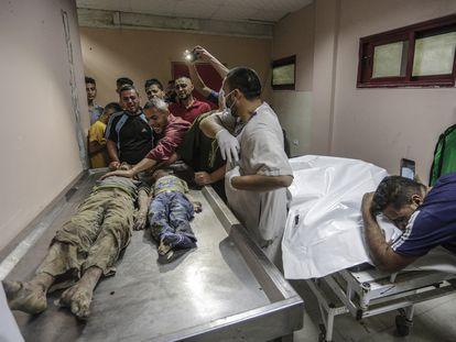 Palestinos lloran frente a los cuerpos de dos niños, este viernes en un hospital de Gaza.