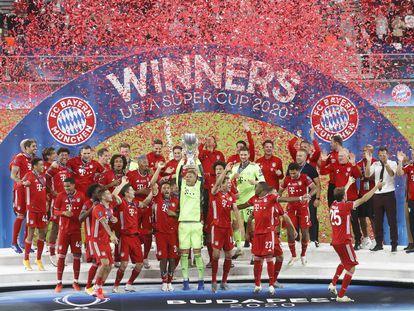 El capitán del Bayern, Manuel Neuer, levanta la Supercopa de Europa en el Puskas Arena de Budapest tras vencer al Sevilla en la prórroga.