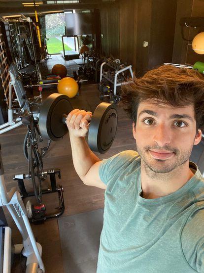 Carlos Sainz, piloto de F1, muestra cómo se entrena en el gimnasio de casa en una foto de sus redes sociales.