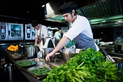 Marte dirige un equipo de 15 personas en la cocina del local donde fue nombrada chef en 2013.