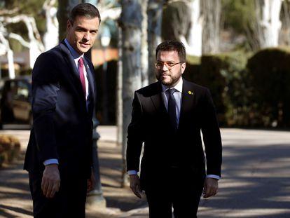 El presidente del Gobierno, Pedro Sánchez (a la izquierda), conversa con Pere Aragonés, cuando era vicepresidente de la Generalitat, en La Moncloa, en enero de 2020.
