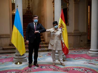 La ministra de Asuntos Exteriores, Unión Europea y Cooperación, Arancha González Laya, saluda con el codo a su homólogo de Ucrania, el ministro de Asuntos Exteriores Dmytró Kuleba en el Palacio de Viana, en Madrid.