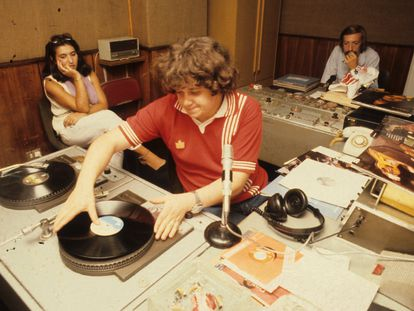Julio Ruiz, en una fotografía de septiembre de 1979, cuando conducía su programa en Radio Popular.