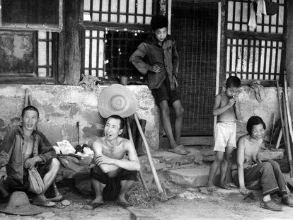 Familia china de una granja en Pekín, en los años sesenta.