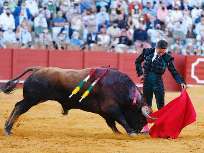 Diego Urdiales torea al natural al cuarto toro de la tarde.