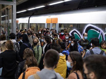 En la imagen, usuarios de Renfe se aglomeran en un anden de la estación de Sants.