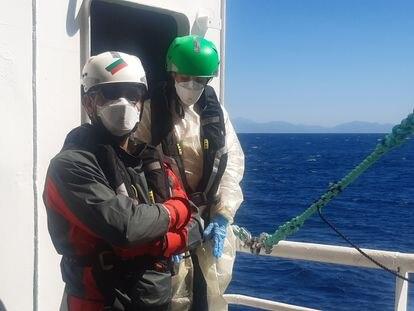 David Molina, en primer plano, miembro del equipo de rescate de MSF.