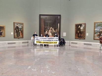 El grupo de afectados por la intoxicación con aceite de colza que se ha manifestado en el Museo del Prado, este martes.