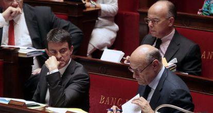 Manuel Valls junto al ministro de Economía francés, Michel Sapin