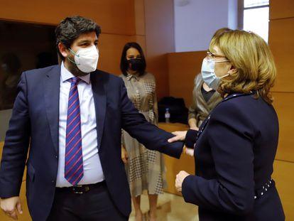 El presidente muriciano, Fernando López Miras, del PP, saluda a Mabel Campuzano, nueva consejera de Educación y Cultura, expulsada de Vox.