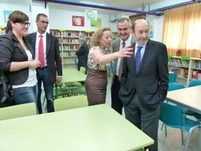 Rubalcaba, en su visita de hoy a un instituto de Ceutí (Murcia).