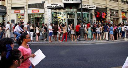 Cola de gente para inscribirse en cursos de alemán y emigrar a Alemania, el pasado verano en Valencia.