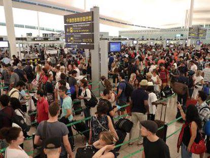 Durante la jornada se han llegado a registrar colas de casi dos horas en el control de seguridad