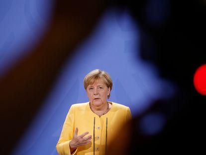 La canciller alemana, Angela Merkel, comparece ante los medios en Berlín, el lunes.