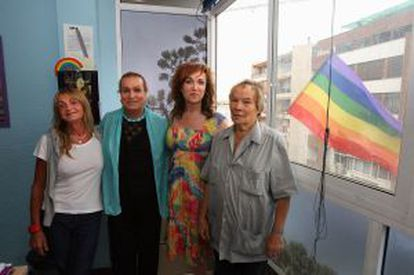 Represaliados por el franquismo celebran su indemnización en 2010 con la presidenta de las transexuales Mar Cambrollé.