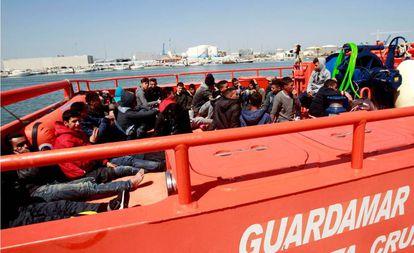 Un grupo de inmigrantes rescatados en aguas del Estrecho, este abril.