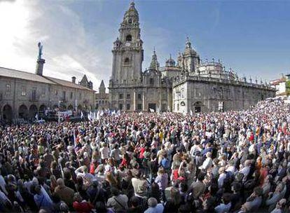 Miles de personas abarrotan la Praza da Quintana, durante la manifestación convocada por el colectivo Queremos Galego en defensa del idioma.