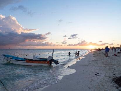 Turistas se bañan en las playas de Isla Mujeres, Quintana Roo.