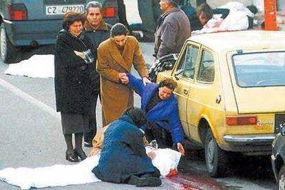 Familiares de Salvatore Valente contemplan el cadáver del supuesto jefe de la  'Ndrangheta tras ser asesinado en Strongoli (sur de Italia) en 2000.