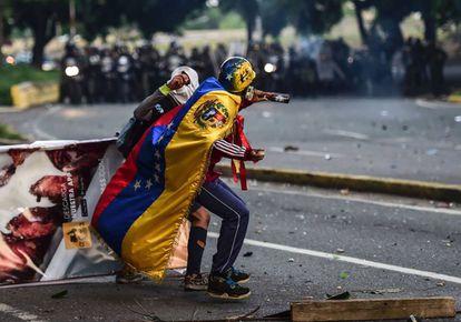 Manifestantes chocan con la policía durante una protesta contra el presidente venezolano Nicolás Maduro, este martes en Caracas.