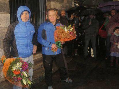 Los etarras que informaron para asesinar a Joseba Pagazaurtundua en 2003, con dos ramos de flores durante el homenaje recibido en Andoain (Gipuzkoa) en 2018.
